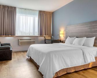 Rodeway Inn - Amos - Bedroom