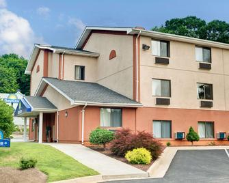 Days Inn by Wyndham Torrington - Torrington - Building