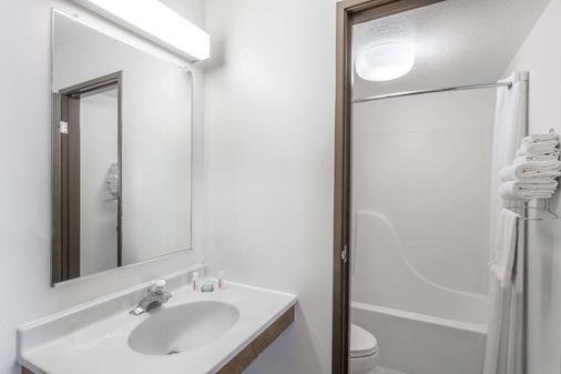 Super 8 by Wyndham Rexburg - Rexburg - Bathroom