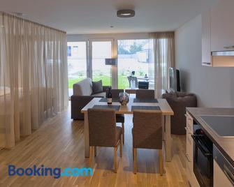 Relaxed Urban Living - Aparthotel und Boardinghouse - Дорнбірн - Living room