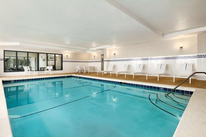 達爾頓卡爾森鄉村套房酒店 - 達爾頓 - 多爾頓 - 游泳池