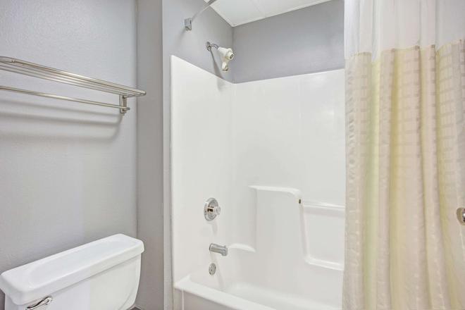 Days Inn by Wyndham Great Lakes - N. Chicago - Lake Bluff - Bathroom