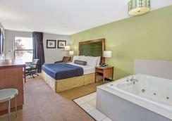 Days Inn by Wyndham Great Lakes - N. Chicago - Lake Bluff - Bedroom