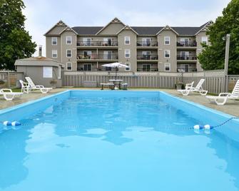 Canadas Best Value Inn & Suites Charlottetown - Charlottetown - Bazén