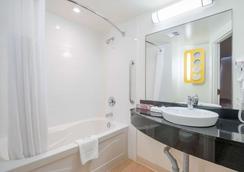 Motel 6 Kingston On - Kingston - Bathroom