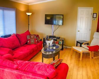 Naramata Hummingbird Haven Cottage - an entire house in Okanagan wine region - Naramata