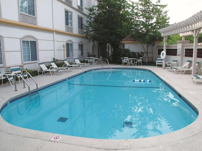 La Quinta Inn & Suites by Wyndham St. Louis Westport - Maryland Heights - Uima-allas
