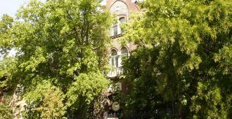 Dominik Panzio - Budapest - Outdoor view