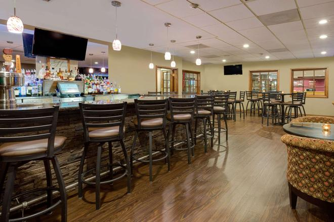 Ramada by Wyndham Marquette - Marquette - Bar