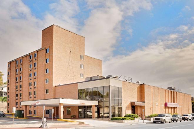 Ramada by Wyndham Marquette - Marquette - Building