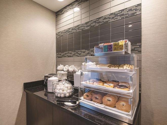 La Quinta Inn & Suites by Wyndham Austin Round Rock - Austin - Buffet