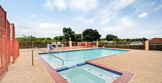 Days Inn by Wyndham Dallas South - Dallas - Pool
