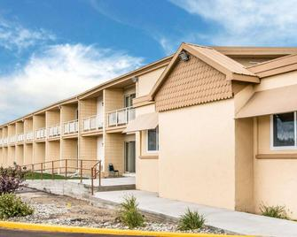 Econo Lodge - Bay City - Building