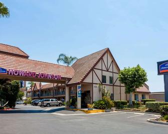 Howard Johnson by Wyndham Norco - Norco - Building