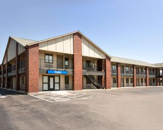Travelodge by Wyndham Wellington KS - Wellington - Building