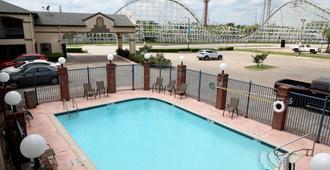 Ranger Inn & Suites - Arlington - Piscina