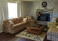 Bryce Canyon Livery Bed & Breakfast - Tropic - Living room