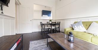 Myhoyoho City Views Apartments - Sydney - Obývací pokoj