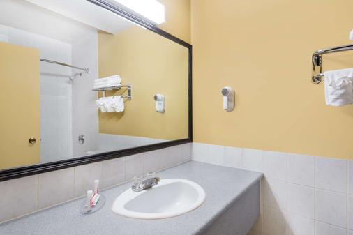 Super 8 by Wyndham Thunder Bay - Thunder Bay - Phòng tắm