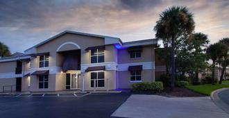 Super 8 by Wyndham Kissimmee - Kissimmee - Building