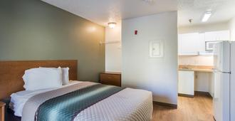 HomeTowne Studios by Red Roof Nashville - Airport/Briley Pkwy - Nashville - Bedroom
