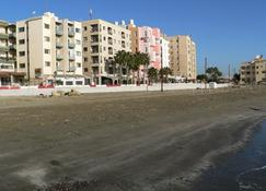 Costantiana Beach Hotel Apartments - Larnaca - Outdoors view