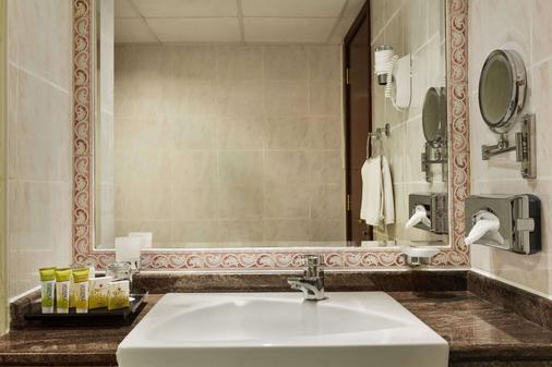 Ramada by Wyndham Beach Hotel Ajman - Ajman - Bathroom