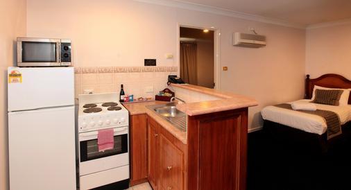 Best Western Ambassador Inn - Wagga Wagga - Kitchen