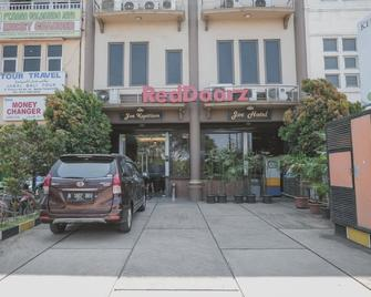 RedDoorz Plus near Soekarno Hatta Airport 2 - Tangerang City - Building
