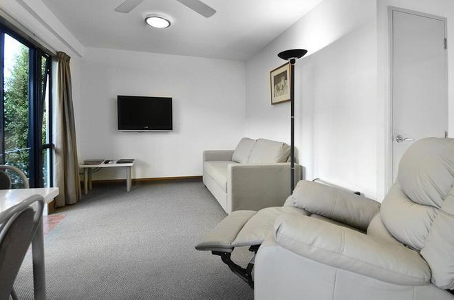 Palms Motel - Nelson - Living room