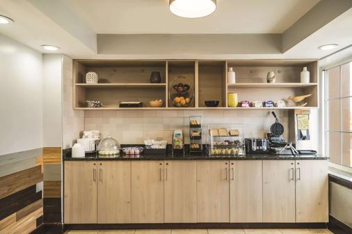 La Quinta Inn Suites by Wyndham Brooklyn Downtown - Brooklyn - Buffet