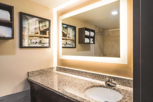 La Quinta Inn Suites by Wyndham Brooklyn Downtown - Brooklyn - Bathroom