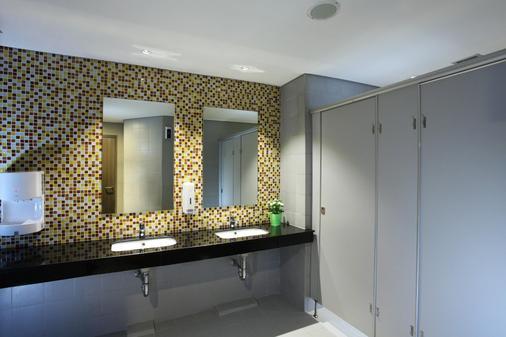 Zest Hotel Airport Jakarta - Tangerang City - Bathroom