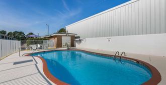 多森 6 號汽車旅館 - 多森 - 多森 - 游泳池