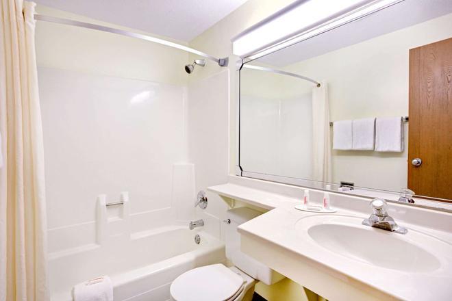 Super 8 by Wyndham Aberdeen East - Aberdeen - Salle de bain
