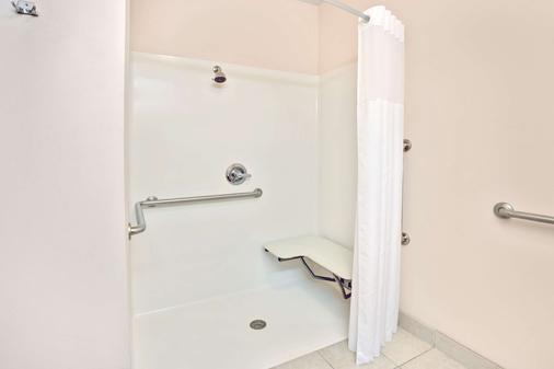 Super 8 by Wyndham Louisville/Expo Center - Louisville - Phòng tắm