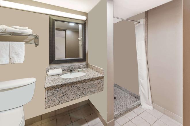 Travelodge by Wyndham Bloomington - Bloomington - Bathroom