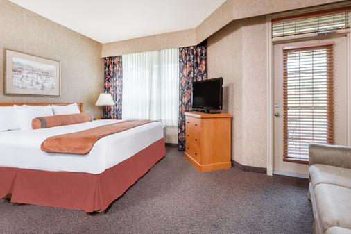 Ramada by Wyndham Penticton Hotel & Suites - Penticton - Bedroom