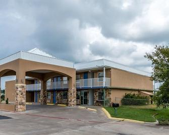 Super 8 by Wyndham Mineral Wells - Mineral Wells - Building