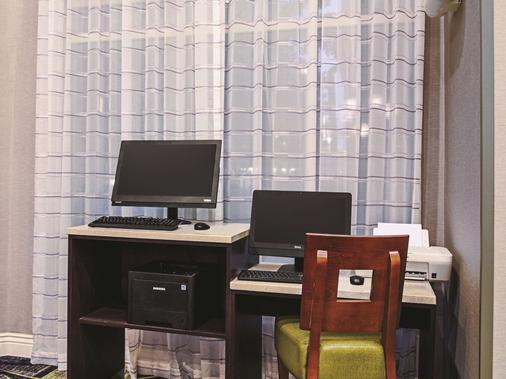 La Quinta Inn & Suites By Wyndham Denver Airport Dia - Denver - Liikekeskus