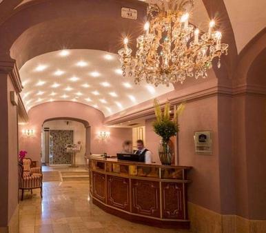 Schlosshotel Römischer Kaiser - Vienna - Front desk
