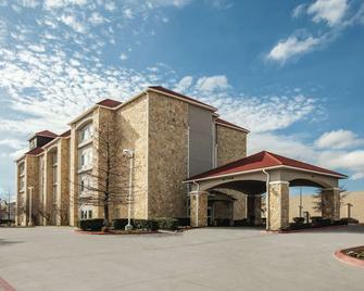 La Quinta Inn & Suites by Wyndham Mansfield TX - Mansfield - Gebouw