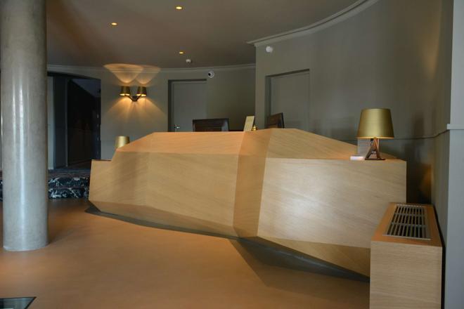 Best Western Plus Clos Syrah - Valence - Front desk