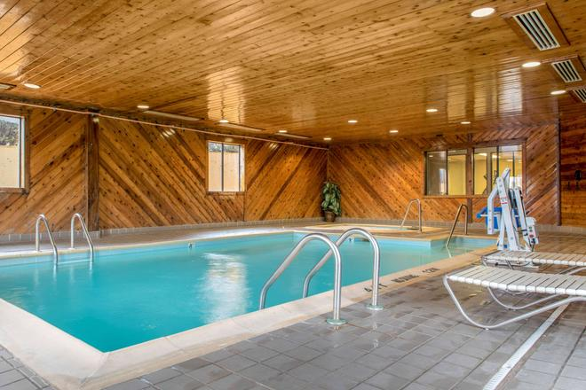 Quality Inn Bloomington Near University - Bloomington - Pool