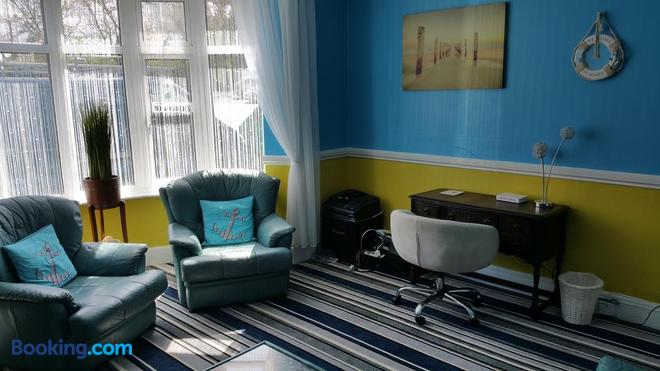 The Rosslyn - Paignton - Living room