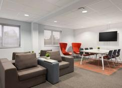 Days Inn by Wyndham Chester East - Chester - Lounge