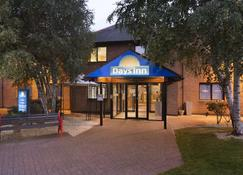 Days Inn by Wyndham Chester East - Chester - Building