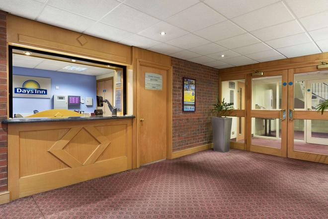 Days Inn by Wyndham Chester East - Chester - Lobby