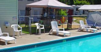 Totem Motel & Resort - Christina Lake - Pool