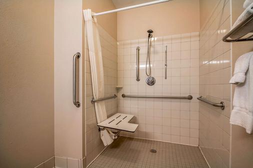 Quality Inn - Coralville - Bathroom